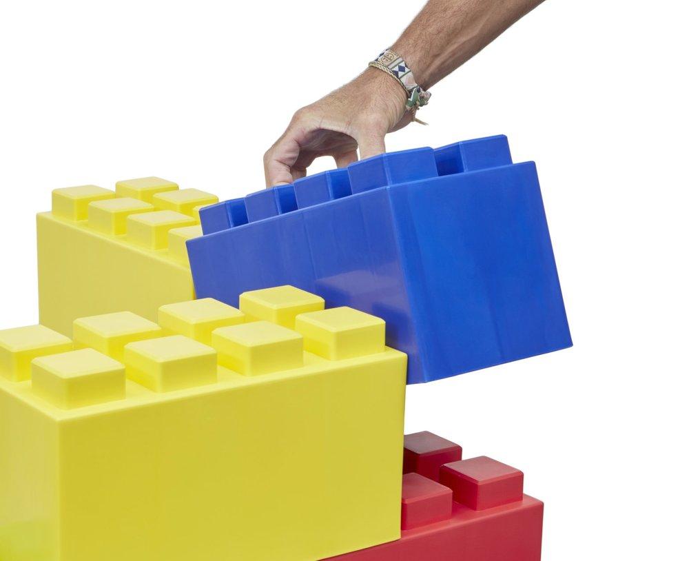 großer blauer Everblock wird auf bunte Blöcke aufgelegt
