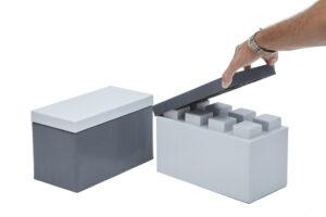 Eine Hand legt eine große Abschlussplatte auf einen Block