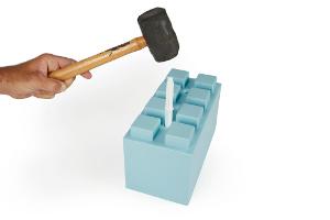 Verbindungsstift wird mit Gummihammer in Block geklopft