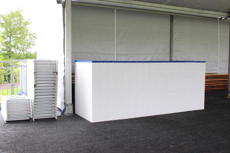 Weiße Everblock-Theke in einem großen Zelt