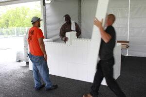 3 Männer bauen eine weiße Everblock-Theke auf