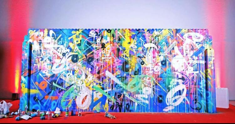 Everblock-Wand, beklebt mit Graffiti