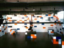 Bunter Everblock Raumteiler mit Hockern und Sportler
