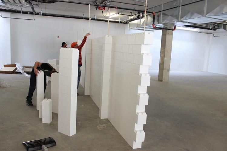 Verwenden Sie einen Holzdübel, um die Konstruktionen zu verstärken und zusätzliche Stabilität zu gewährleisten. Verwenden Sie EverBlock, um einzigartige Veranstaltungsräume, temporäre Wände, DIY-Wände und ineinandergreifende Wände zu erstellen.