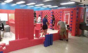 Portable Wände: Nachdem die erste Wand fertig ist, beginnt der Bau der zweiten Wand
