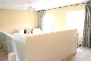 Halbhohe weiße Eckwand im Zimmer