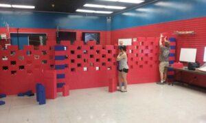 Raumteiler: Auch diese Wand ist fast fertig, auf Lücke gebaut, um Licht und Luft durchziehen zu lassen.