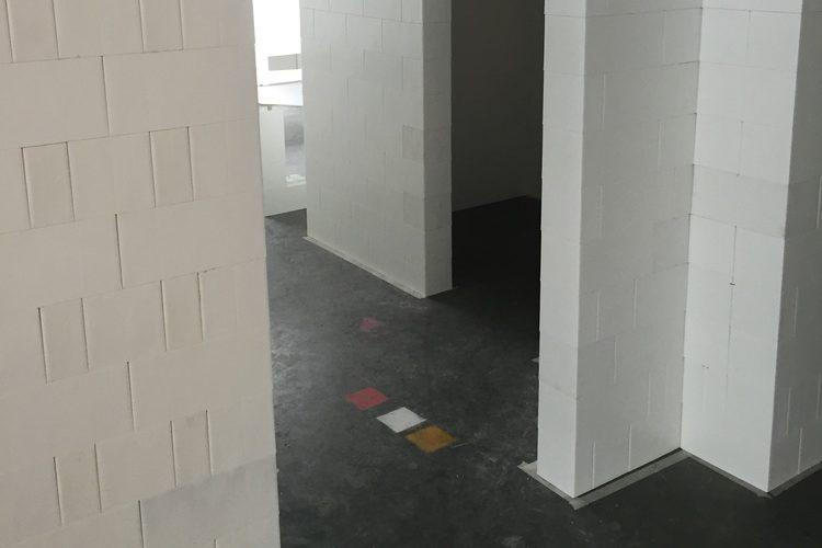 Modulare Türöffnungen: Erstellen Sie modulare Türöffnungen und Schwellen mit dem EverBlock®-Sturz, um oberhalb weitere Steine platzieren zu können.