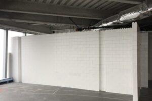 Raumhohe Trennwände: Bauen Sie in voller Höhe Trennwände mit Säulen für zusätzliche Stabilität.