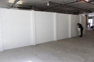 Weiße Everblock-Wand-mit Stützsäulen in Halle