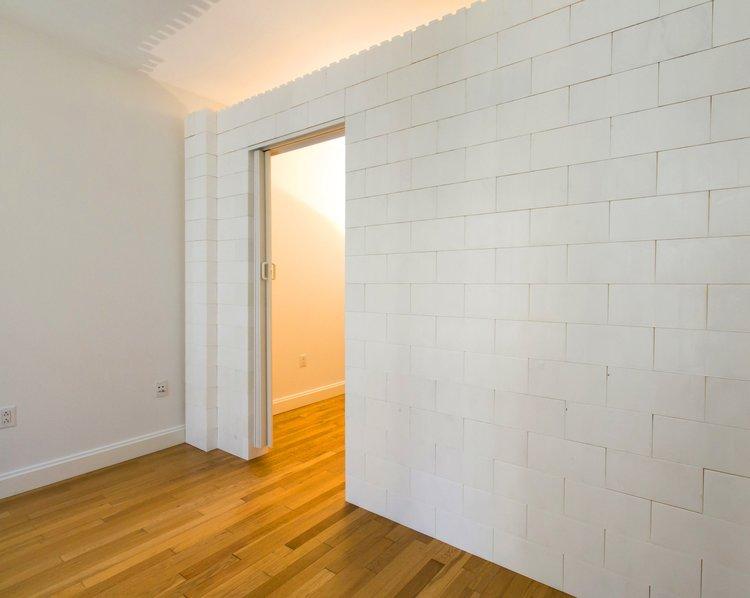 Weißer Everblock-Raumteiler mit Türdurchgang