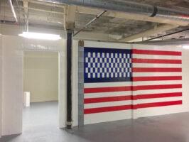 Weiße Everblock-Wand mit Tür und integrierter amerikanischer Flagge