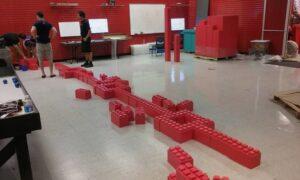 Demontierbares Wand-System: Der Bau beginnt mit dem Auslegen der ersten Reihe