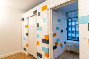 """Fügen Sie Ihren Wänden einfache Akkordeontüren oder Standardtüren hinzu, um mehr Privatsphäre zu gewährleisten. Akkordeon Türschienen verbinden sich mit unserem Standard 48 """"Sturz und schaffen eine 36"""" Türöffnung."""