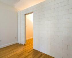 Verwenden Sie EverBlock anstelle von Bücherregalwänden oder unter Druck stehenden Wänden, um Staub, Schmutz und mögliche Schäden durch Bauarbeiten zu vermeiden.