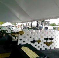 Bauen Sie attraktive Trennwände, um Bereiche innerhalb eines Zeltes zu trennen und eine moderne Ästhetik und Optik hinzuzufügen.