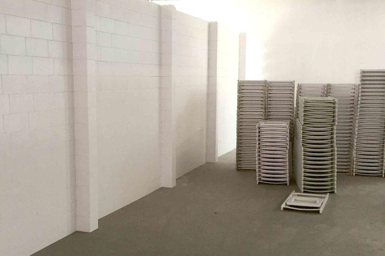Erstellen Sie Wände in voller Höhe, die Bereiche abschirmen und Räume trennen. Erstellen Sie mit EverBlock Systems temporäre Wände, Trennwände, Veranstaltungsräume und Popup-Displays.
