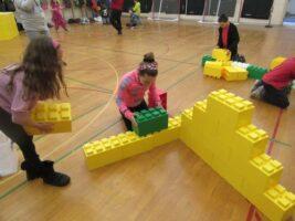 Bauen und lernen Sie, während Sie Spaß daran haben, die Objekte Ihrer Fantasie zu kreieren.