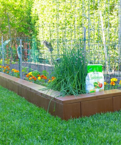 Begrenzen Sie einen Gartenteil und füllen Sie diesen mit Erde, um ein erhöhtes Blumenbeet, Gemüsegarten oder Dekoration zu erstellen. Fügen Sie Blockschichten nach Bedarf hinzu, um tiefere/höhere Beete zu schaffen.