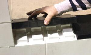 Installieren Sie Abdeck-Kappen, um eine glatte Oberfläche für Ihre Konstruktion zu schaffen. Die Kappen decken die Verbindungsnoppen ab und vervollständigen Ihren Aufbau.