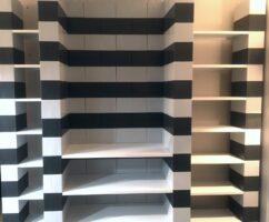 Modulare Bücherregale: Mehrschichtige modulare Bücherregale, die auf Ihre Bedürfnisse zugeschnitten sind.