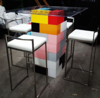 Cocktailtische: Kombinieren Sie Farben und Formen nach Wunsch, um dramatische Effekte wie diesen farbenfrohen Cocktailtisch zu erzielen