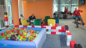 Büro-Requisiten: Einzigartige modulare Blöcke bringen Farbe und Spannung in Büroräume