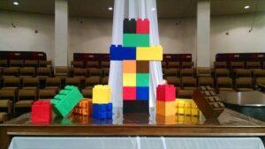 Verwenden Sie EverBlock®, um bunte Objekte für alle Arten von kreativen Anwendungen wie diesen Kirchen-Altar zu erstellen. Nutzen Sie die verschiedenen Farben und Blockgrößen, um Ihren Aufbau individuell anzufertigen und wenn getan, nehmen Sie diese einfach wieder auseinander und lagern sie sie für späteren Gebrauch.