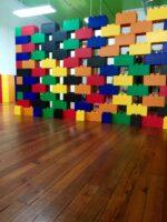 Ineinandergreifende Wände: Erstellen Sie farbenfrohe Wände in verschiedenen architektonischen Konfigurationen