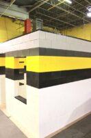 Wände werden durch versetzes Anordnen von Blöcken in einem Mauermuster erstellt. Erstellen Sie Inhouse-Büros und Inhouse-Gebäude und installieren Sie Fenster, Türen, Beleuchtung und Klimaanlagen.