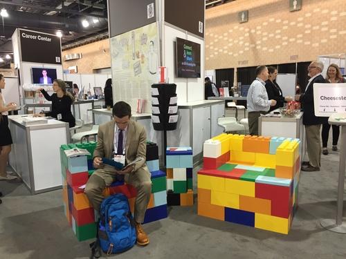 Erstellen Sie auffällige Sitzmöbel für Messen und Ausstellungen